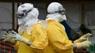 Médicos em contato com pacientes com ebola (Getty)