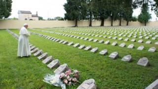 Papa Francisco visita cemitério na Itália (foto: AP)
