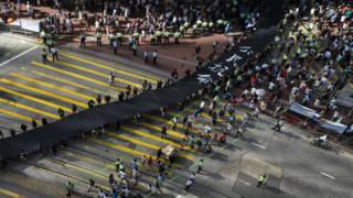 「佔領中環」運動示威者拉著黑布遊行(14/9/2014)