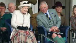 Rainha Elizabeth 2ª e o príncipe Charles na Escócia (foto: Getty)