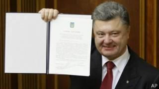Perezida Petro Poroshenko yerekana amasezerano y'ubufatanye n'Uburayi