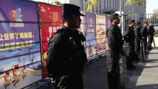 新疆乌鲁木齐中级法院门外大批警员持防暴装备封锁马路(17/9/2014)