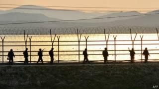 حرس الحدود قرب نهر في كوريا الشمالية