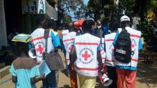 Plusieurs ONG sensibilisent actuellement la population contre Ebola.