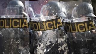 Policiais do batalhão de choque durante confronto com sem-teto em São Paulo