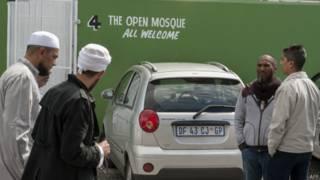 Homens passam pela entrada da Mesquita Aberta em Cidade do Cabo | Foto: AFP