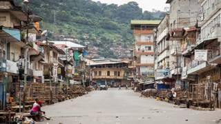 Calles desiertas en Freetown, Sierra Leona