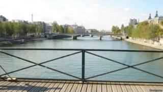 Pont des Arts, em Paris, com novo painel de vidro | Foto: Divulgação