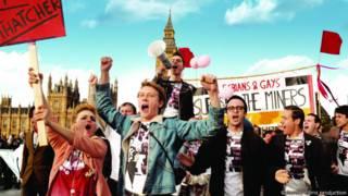 """Кадр из фильма """"Гордость"""": геи и лесбиянки на демонстрации в поддержку бастующих шахтеров"""
