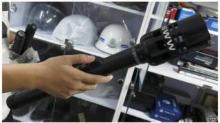 La Chine exporterait ce type de matraques incapacitantes à impulsions électriques.