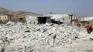 اهالی محلی در نزدیک محل بمباران
