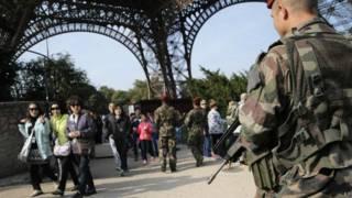 Militar francês patrulha torre Eiffel (foto: AP)