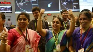 Científicos indios celebran la llegada de su satélite a Marte.