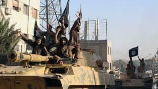 نیروهای دولت اسلامی سوار بر تانک