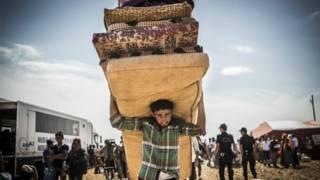 لاجئون أكراد يفرون من المعارك في سوريا