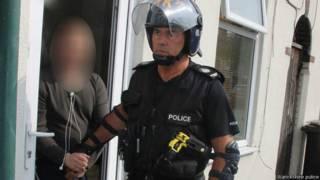 警察带走嫌疑人