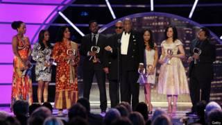 Actores del show de Bill Cosby, recibiendo un premio
