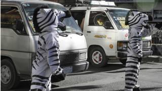 Personas disfrazadas de cebras administran un cruce de peatones en Bolivia