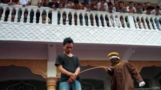 جلد شاب في إقليم آتشية بإندونيسيا