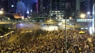 港警方動用催淚彈