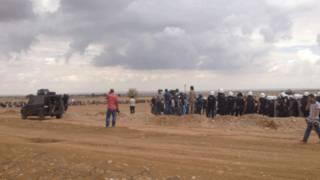 مجموعة من الناس في قرية كوباني