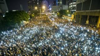 Manifestantes alzan sus teléfonos celulares durante una protesta en Hong Kong el 29-09-2014.