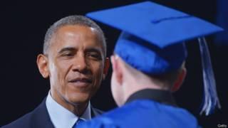 Барак Обама поздравляет выпускника школы 11 июня 2014 года