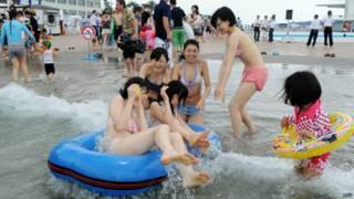 जापान, स्विंमिंग का आनंद लेते लोग