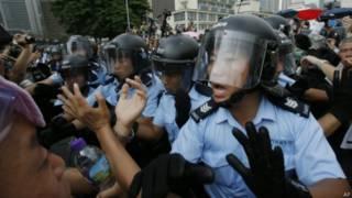 示威者與警方對峙