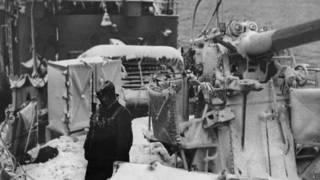 Британский военный корабль во льдах