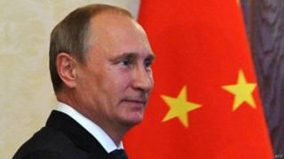 Vladimir Putin, frente a la bandera china