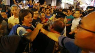 हांगकांग, लोकतंत्र समर्थकों के साथ झड़प