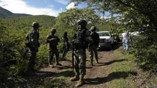 Мексиканские солдаты на месте обнаружения массового захоронения