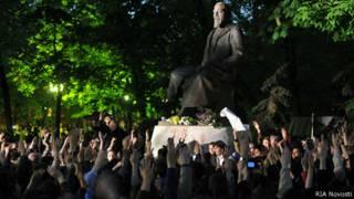 """народные гуляния"" у памятника Абаю Кунанбаеву в 2012 году"