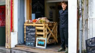 咖啡店的經理薩姆·約瑟夫