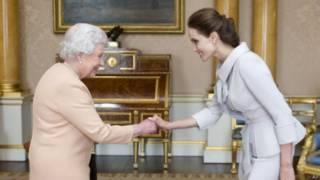 Королева Елизавета наградила актрису Анжелину Джоли званием почетной Дамы