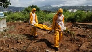 похороны жертв эболы в Либерии