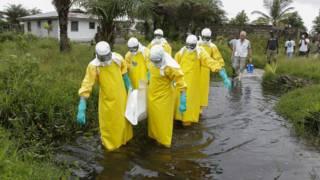 इबोला वायरस से निपटता चिकित्सा दल