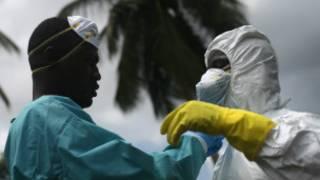 Wabeba maiti wajitayarisha Monrovia kabla ya kwenda kumzika mama aliyekufa kutokana na Ebola