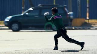 मनीला में डांसिंग ट्रैफिक पुलिस