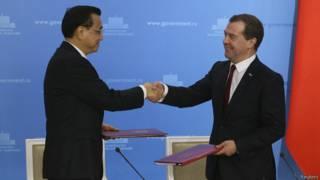 Премьер Госсовета КНР Ли Кэцян (слева) и премьер-министр РФ Дмитрий Медведев