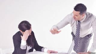 Разгневанный босс кричит на секретаршу