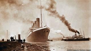 Titanic sendo rebocado do estaleiro em Belfast