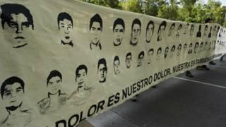 Faixa com fotos dos estudantes desaparecidos