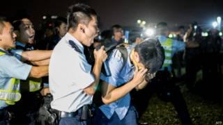 Полиция Гонконга вытесняет демонстрантов