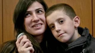 Erion e sua mãe, durante reencontro no aeroporto de Kosovo (AP)