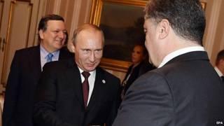مصافحة بين الرئيس الروسي بوتين ونظيره الأوكراني بوروشينكو