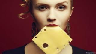 Mujer con queso en la boca