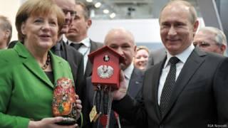 Путин Меркель часы с кукушкой