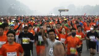 北京長安大街上的馬拉松跑手(19/10/2014)